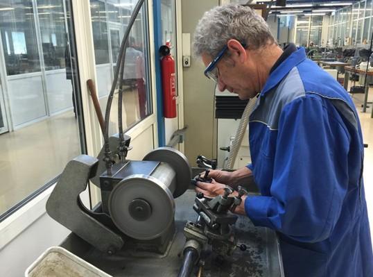 接着我们来到了BUMATEC公司的展台,在这里我们看到了其S100夹板加工设备,公司人员详细介绍了该设备具有的特性:设备采用双主轴设计,实现了换刀加工同时进行,节省了换刀时间提高了加工效率,设备加装机械手可实现夹板翻面加工,普通机心主夹板的加工只需7min其中1min为夹板的装饰时间,且加工精度可达3微米,每个主轴可装18把刀具,共可装36把刀具,均采用标准化刀具,市场可直接采购,根据生产需要可几台设备组合完成各个机心夹板的加工。该设备一年半前在瑞士机心生产企业开始使用,如瑞士的ETA机心生产企业正在使用